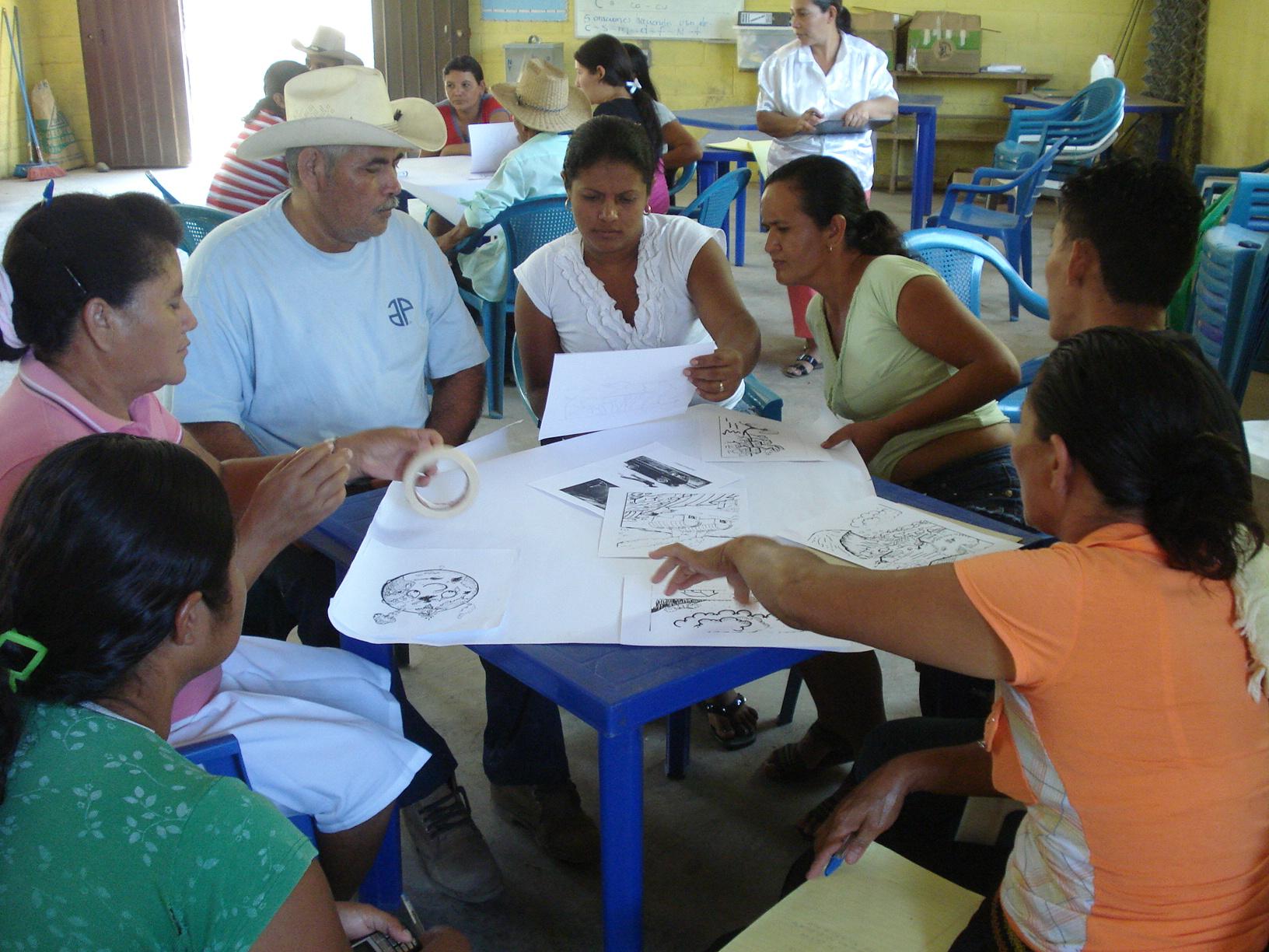 Participantes elaborando plata