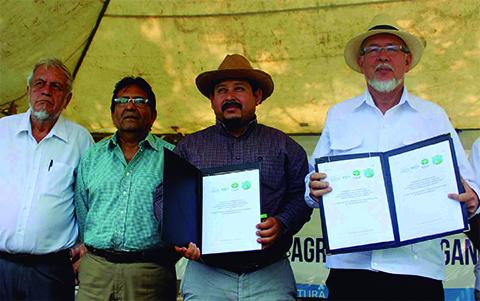 Firman convenio para fortalecer la Agricultura Familiar
